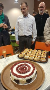 François, lors de sa fête de départ, avec les - très beaux et très bons - gâteaux qu'il lui-même confectionné avec l'aide de son collègue Dave.